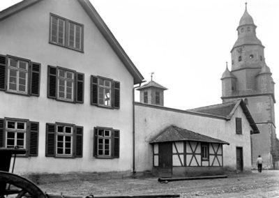 Blick auf das alte Rathaus, Gerätehaus und den Kirchturm